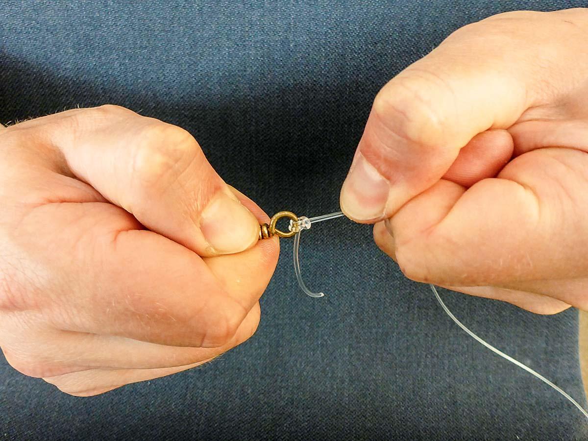 Damit alles sicher hält, wird der Knoten am Ende mit aller Kraft festgezogen. Foto: BLINKER/L. Berding