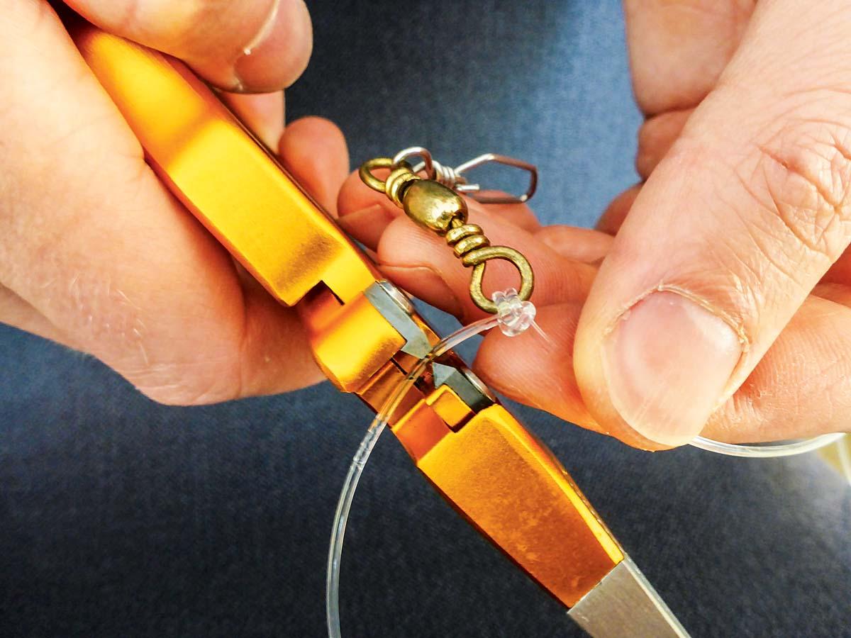 Sitzt der Knoten, wird noch die überstehende Mono abgeknipst ... Foto: BLINKER/L. Berding