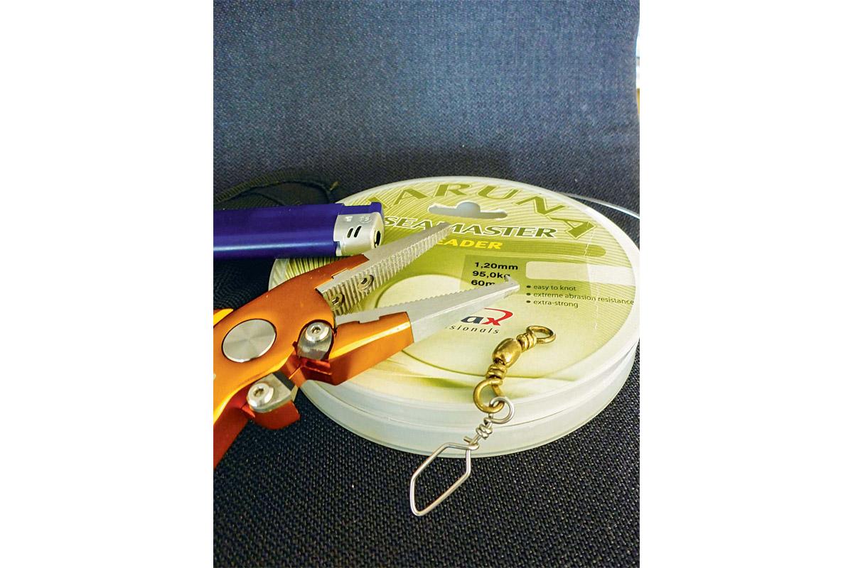 Das Ziel: Der Karabinerwirbel soll mit dem Fat-Mono-Knoten an die 1,2-mm-Mono geknüpft werden. Foto: BLINKER/L. Berding