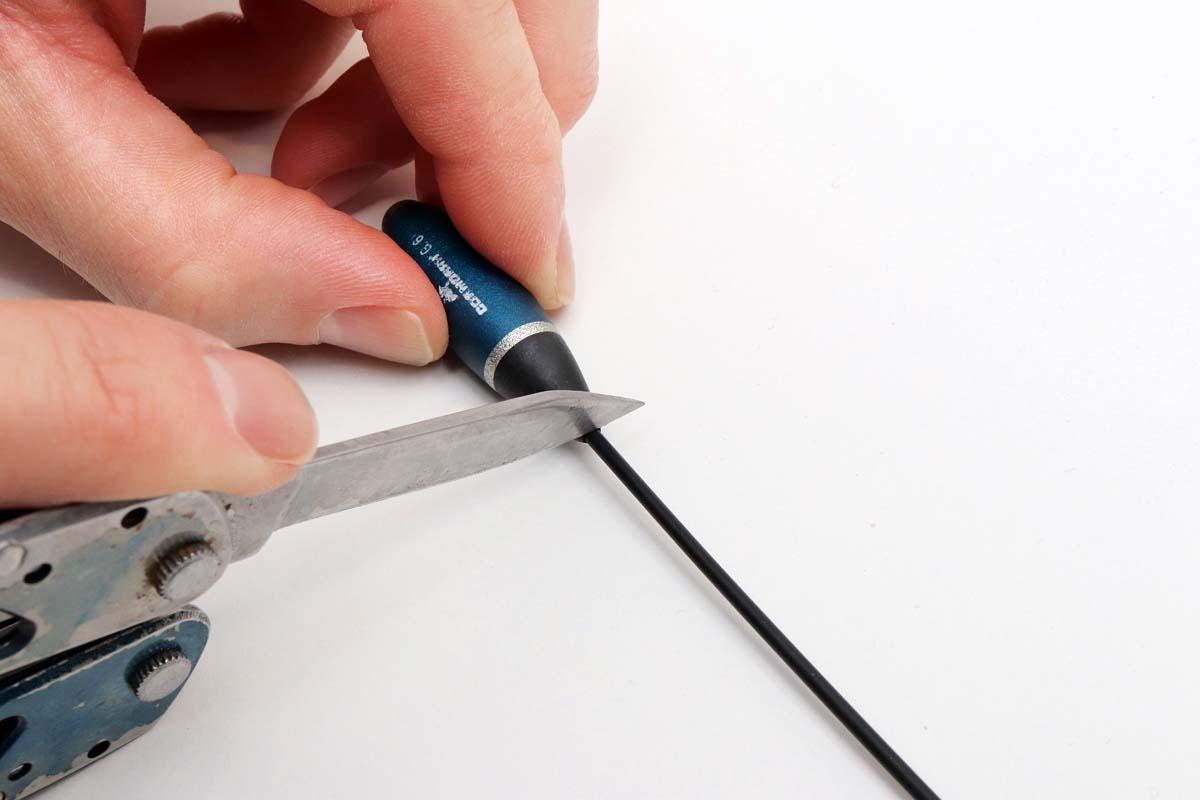 Vorsichtig das Röhrchen des Sbirolinos direkt am Sbiro-Körper abtrennen. Beim Schneiden nicht zu viel Druck ausüben! Foto: BLINKER/F. Pippardt