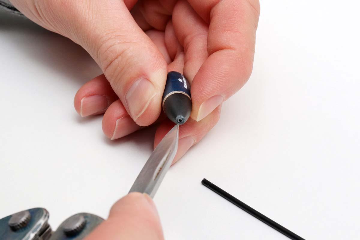 Die Öffnung gegebenenfalls mit dem Messer etwas weiten, wenn sie durch den Schnitt gequetscht wurde oder sehr klein ist. Foto: BLINKER/F. Pippardt