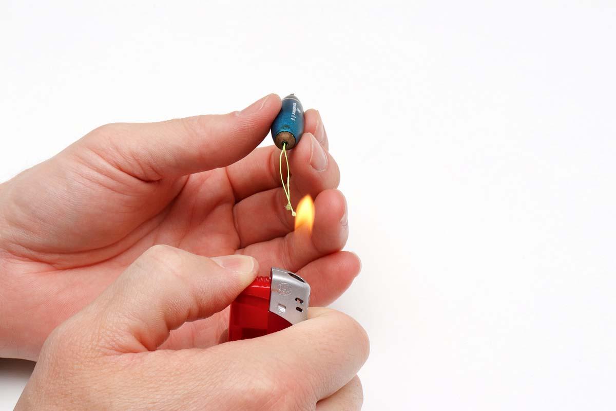 Mit dem Feuerzeug die Schnur bis ganz kurz vor den Sbiro ansengen. Achtung – hier ist Fingerspitzengefühl gefordert! Foto: BLINKER/F. Pippardt