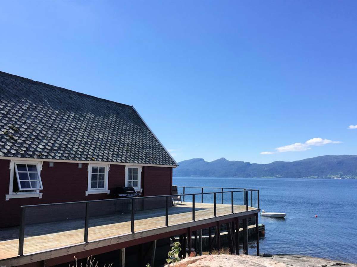 Vom Ferienhaus hat man einen direkt Blick auf den großen Hardangerfjord. Für die Angeltouren steht zudem ein Boot zur verfügung, mit man die guten Fischgründe erreichen kann. Foto: Borks