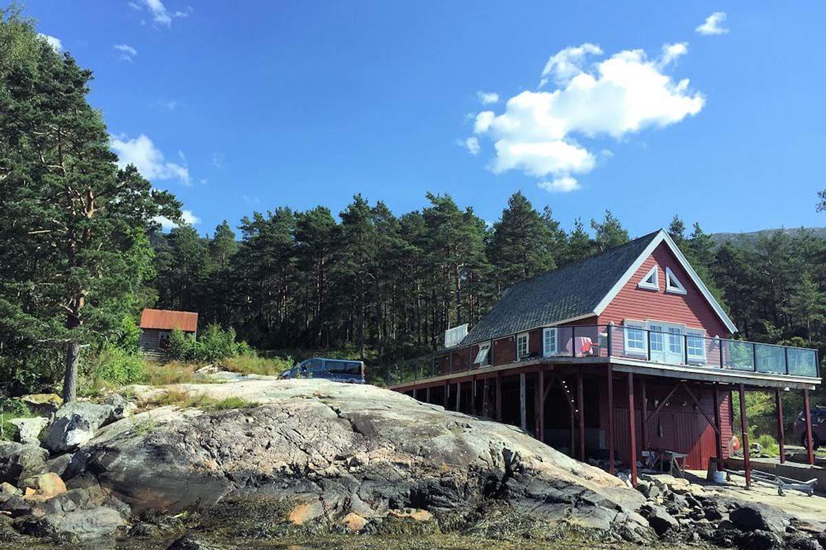 Traumhafte Aussichten beim Angelurlaub in Kysnesstrand. Auf Dich wartet ein Ferienhaus in toller Lager und einem großen Fischreichtum - und das direkt vor der Haustür. Foto: Borks