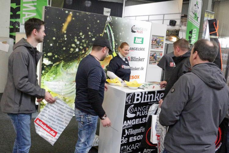 """Interessierte Besucher drängen sich am Blinker-Stand, um sich über """"Angeln Plus""""´ zu informieren. Foto: A. Pawlitzki"""