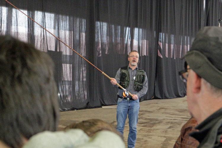 Ralf Kanstorf weihte Besucher in die Angelei mit der Zweihandrute ein. Foto: A. Pawlitzki