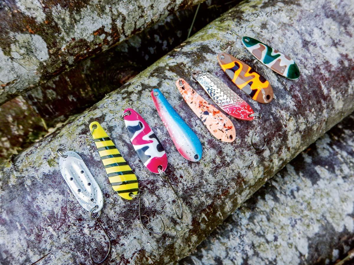 Spoons gibt es mittlerweile in den verschiedensten Farben und Formen. Der Fachhandel bietet eine große Auswahl an fängigen Löffeln an. Verschiedene Formen und Krümmungen sorgen dafür, dass die Modelle ein ganz unterschiedliches Laufverhalten aufweisen. Ein Ködertest im Uferbereich ist deshalb angebracht. Foto: ANGELSEEaktuell