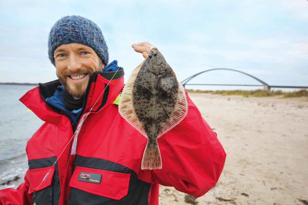 Wo ein Plattfisch ist, sind die anderen nicht weit weg. Öfters kommt es auch vor, dass beide Haken mit Fisch belegt sind. Foto: BLINKER/L. Berding