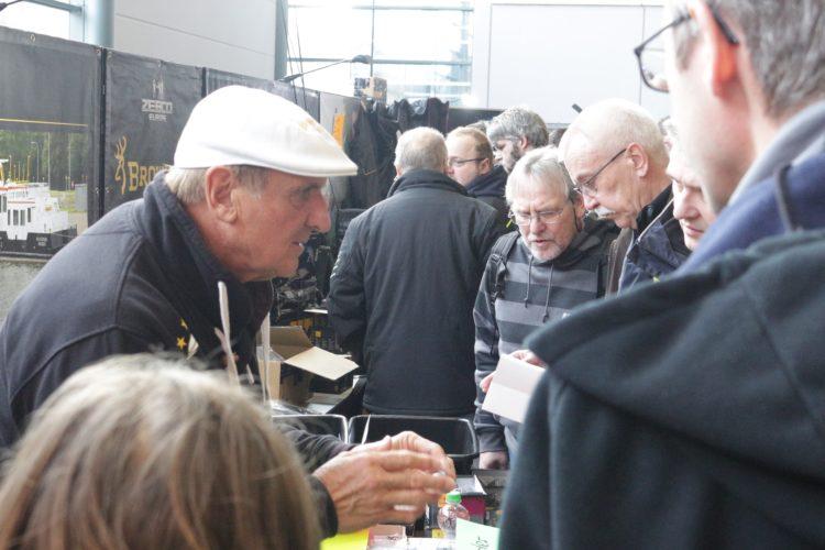 Wo es Fragen zum Angeln mit Futterkorb gab, war man beim viermaligen Weltmeister Bob Nudd (links) an der richtigen Adresse. Foto: A. Pawlitzki