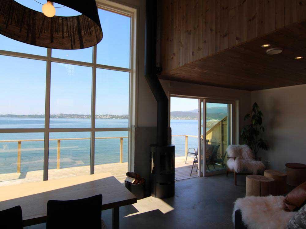 Das Ferienhaus ist modern ausgestattet und bietet eine traumhafte Aussicht auf den Fjord. Foto: Borks