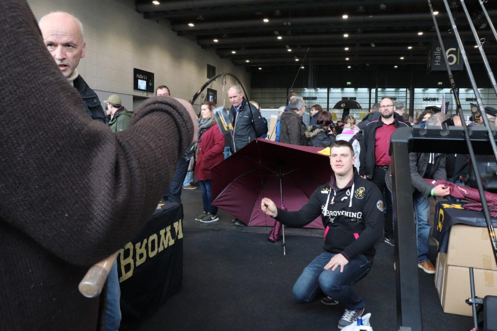 Seine neue Feederrute mit weicher Aktion zeigte Weltmeister Jens Koschnik am Stand von Browning. Foto: F. Pippard