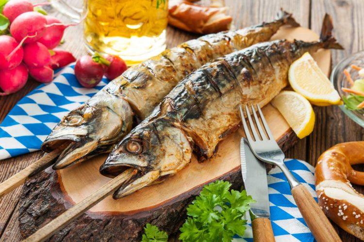 Eine wahre Delikatesse der Outdoorküche sind Steckerlfische. Diese bayrische und oberösterreichische Spezialität ist mit wenigen Zutaten zubereitet. Foto: Fotolia