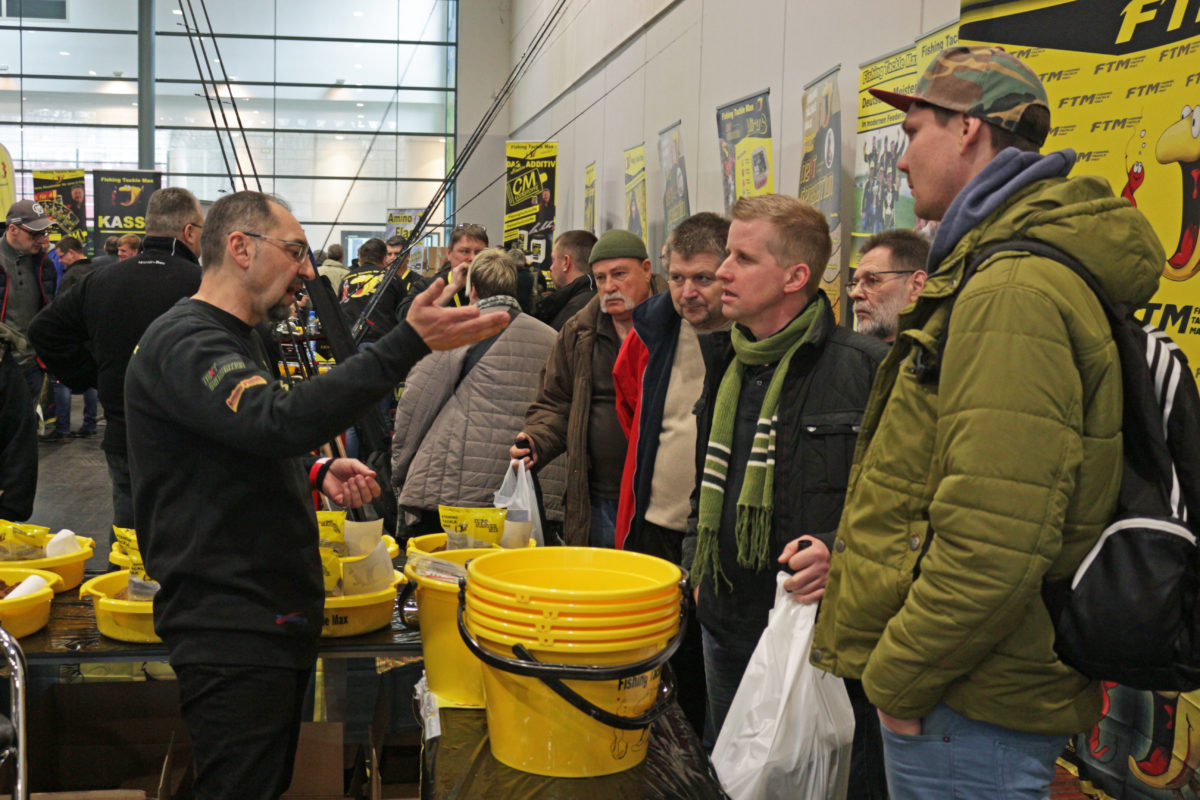 Tipps vom ehemaligen Europameister. Günter Horler unterhält sich mit Besuchern über seine Futtertaktik auf der Stippermesse Bremen 2018. A. Pawlitzki
