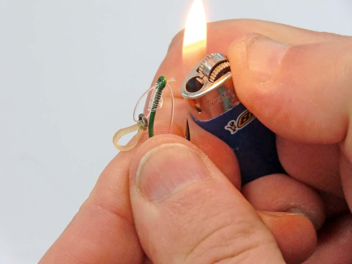 Damit die Schnur nicht wieder durch das Öhr zurückrutschen kann, wird das Ende an eine Feuerzeugflamme gehalten und so verdickt. Foto: G. Bradler