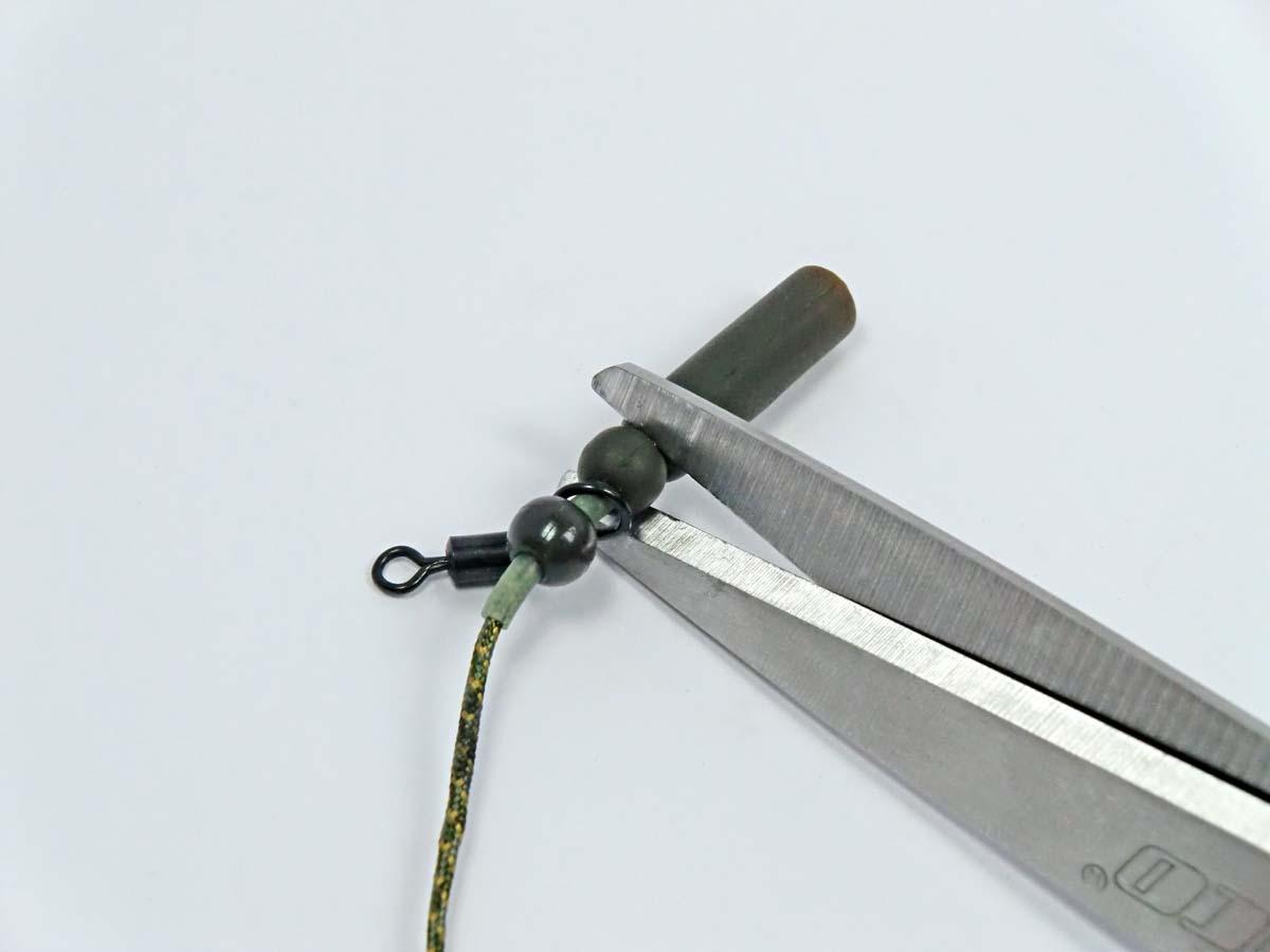 Die untere Perle des Leadcore Heli-Rig wird mit Hilfe einer Schere vom Silikonschlauch gelöst. Foto: G. Bradler