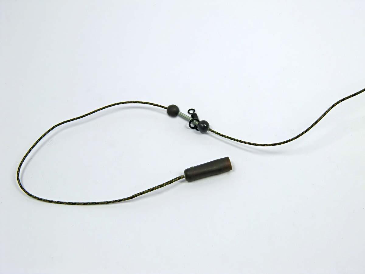 Perlen und Wirbel sitzen auf einem kleinen Stück Tube. Sie werden etwa 20 Zentimeter nach oben geschoben. Foto: G. Bradler