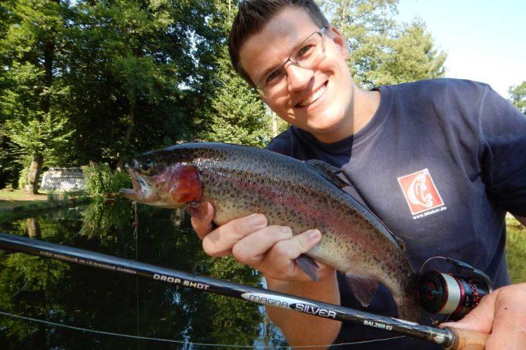Wie schwer ist dieser Fisch, den Gregor Bradler in den Händen hält? Foto: G. Bradler