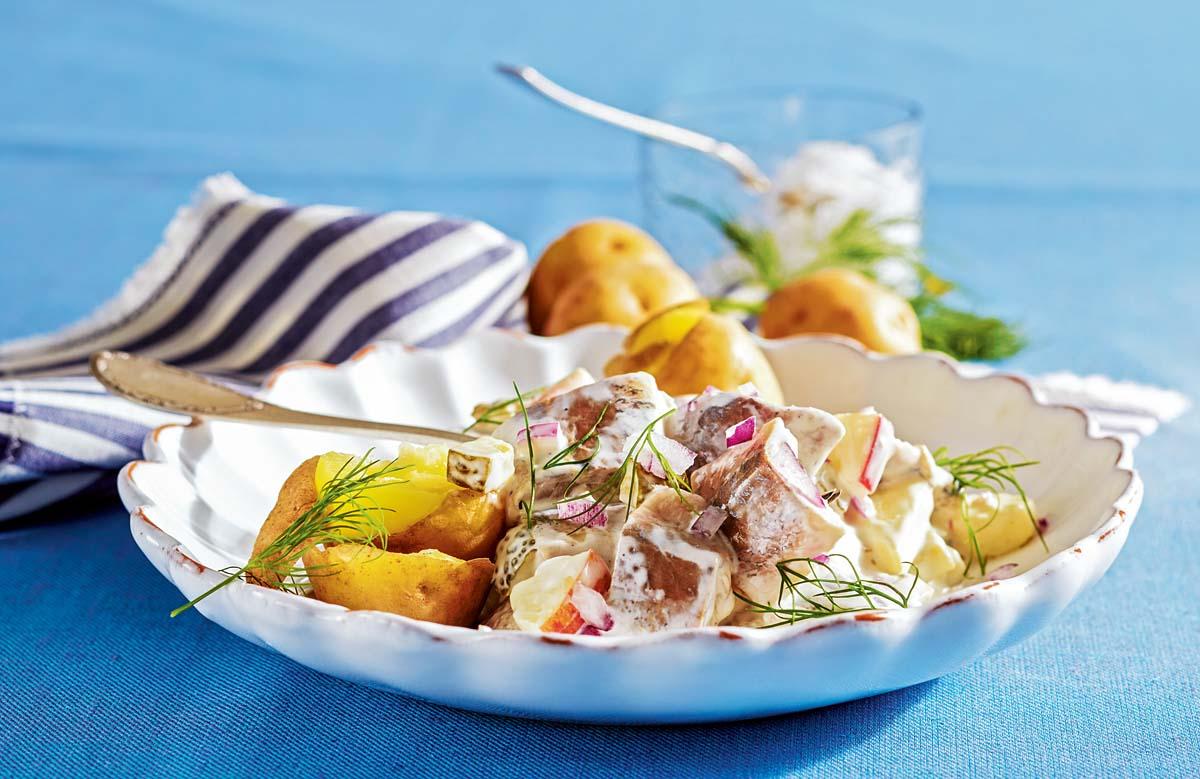 Den Matjessalat mit Dill garnieren und Pellkartoffeln servieren. Guten Appetit! Foto: BLINKER/Teubner