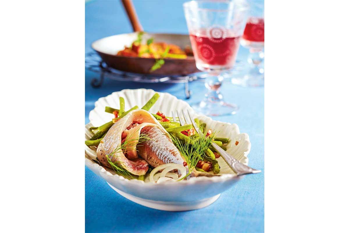 Matjes mit grünen Bohnen und Bratkartoffeln hört sich nicht nur lecker an, sondern ist es auch. Unbedingt nachkochen! Foto: BLINKER/ Teubner