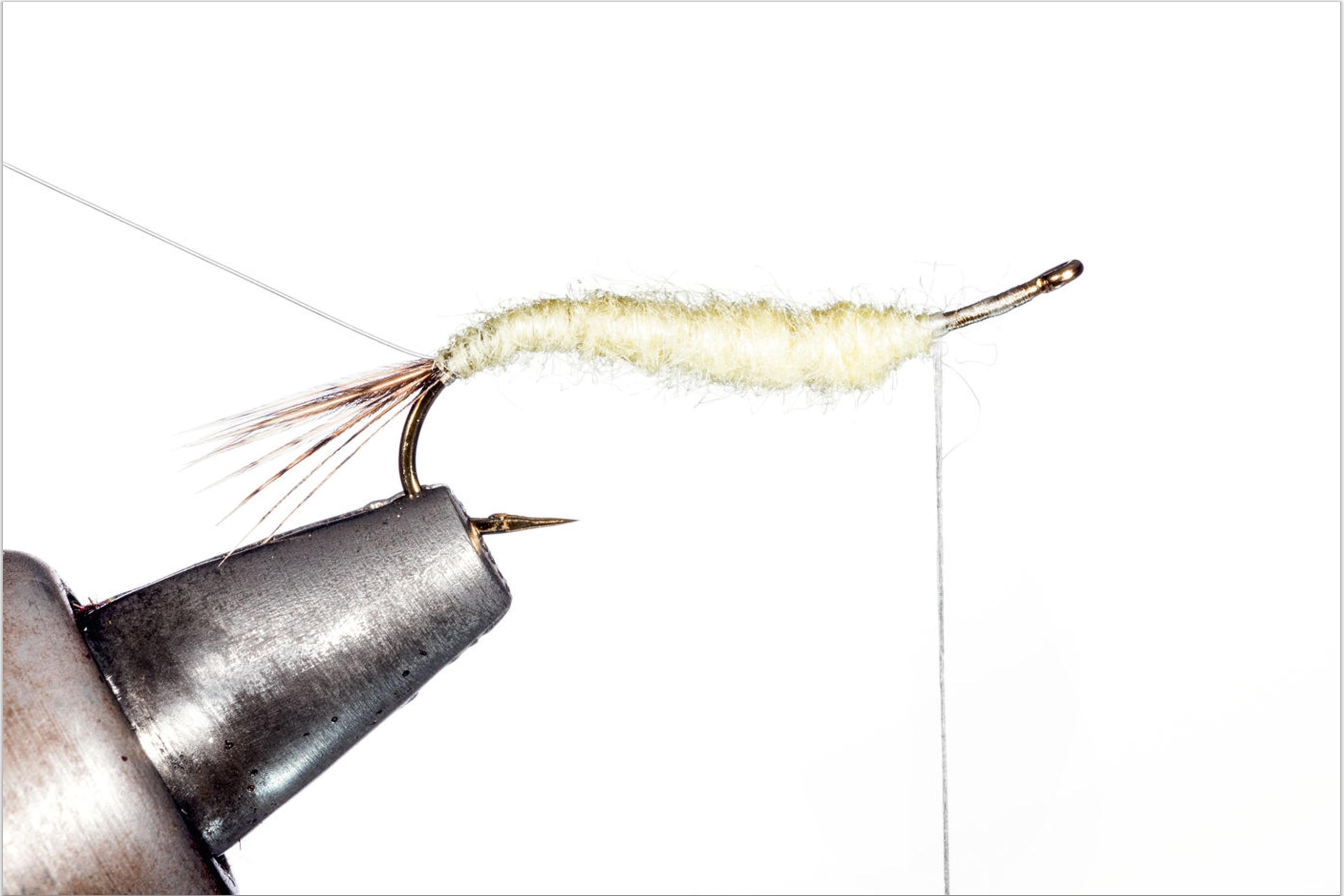 3. Spinnen Sie nun etwas Antron-Dubbing um den Faden und formen Sie mit dem Dubbing-strang einen schlanken und nach vorne hin leicht konisch zulaufenden Körper. Achten Sie dabei auf eine stramme Verarbeitung des Dubbings!