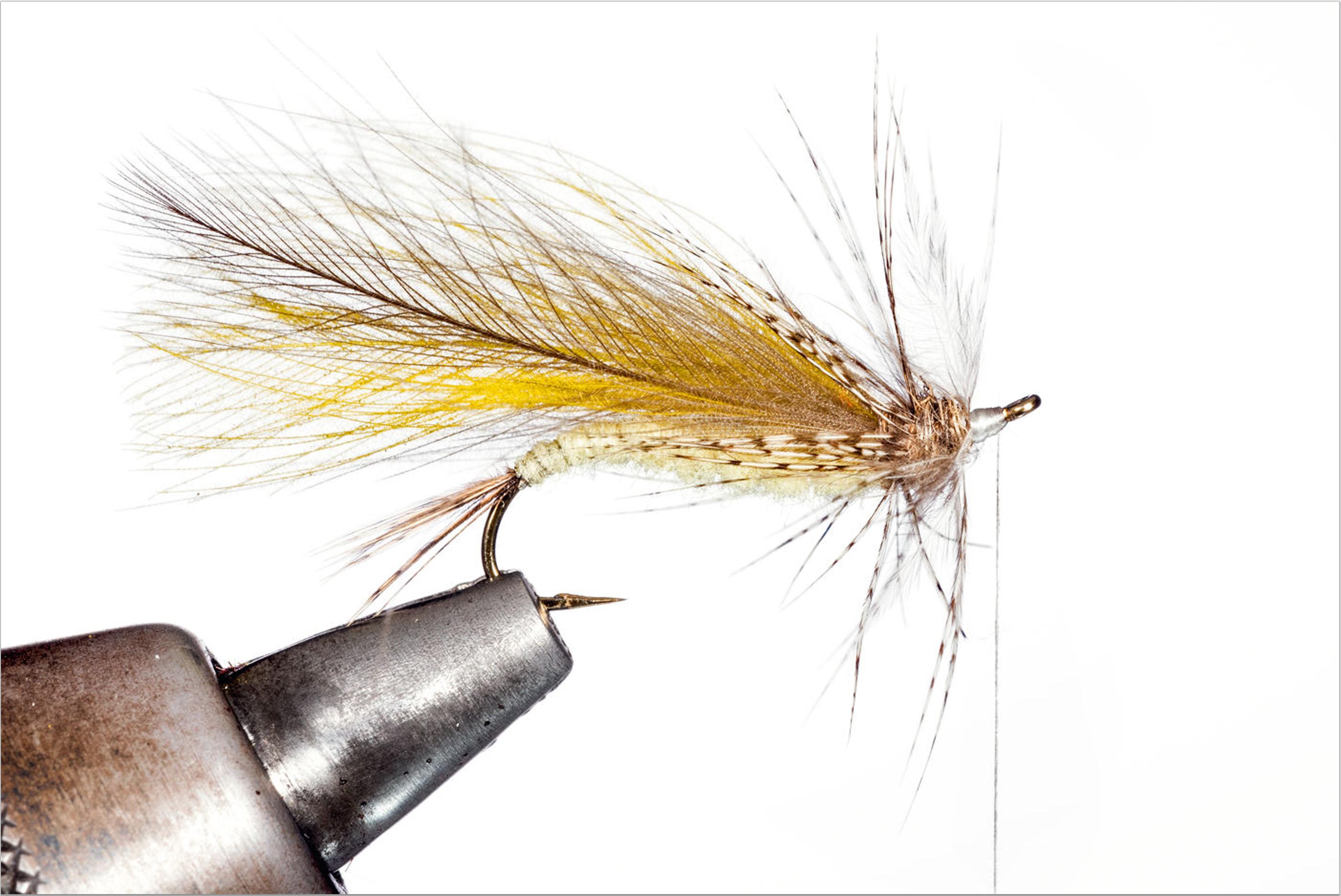 Spinnen Sie etwas Dubbing um den Faden und formen Sie damit einen schlanken Thoraxbereich. Winden Sie im Anschluss die Rebhuhnfeder um den Thorax der Fliege. Sichern Sie die Hechel mit dem Faden und schneiden Sie den Rest ab.