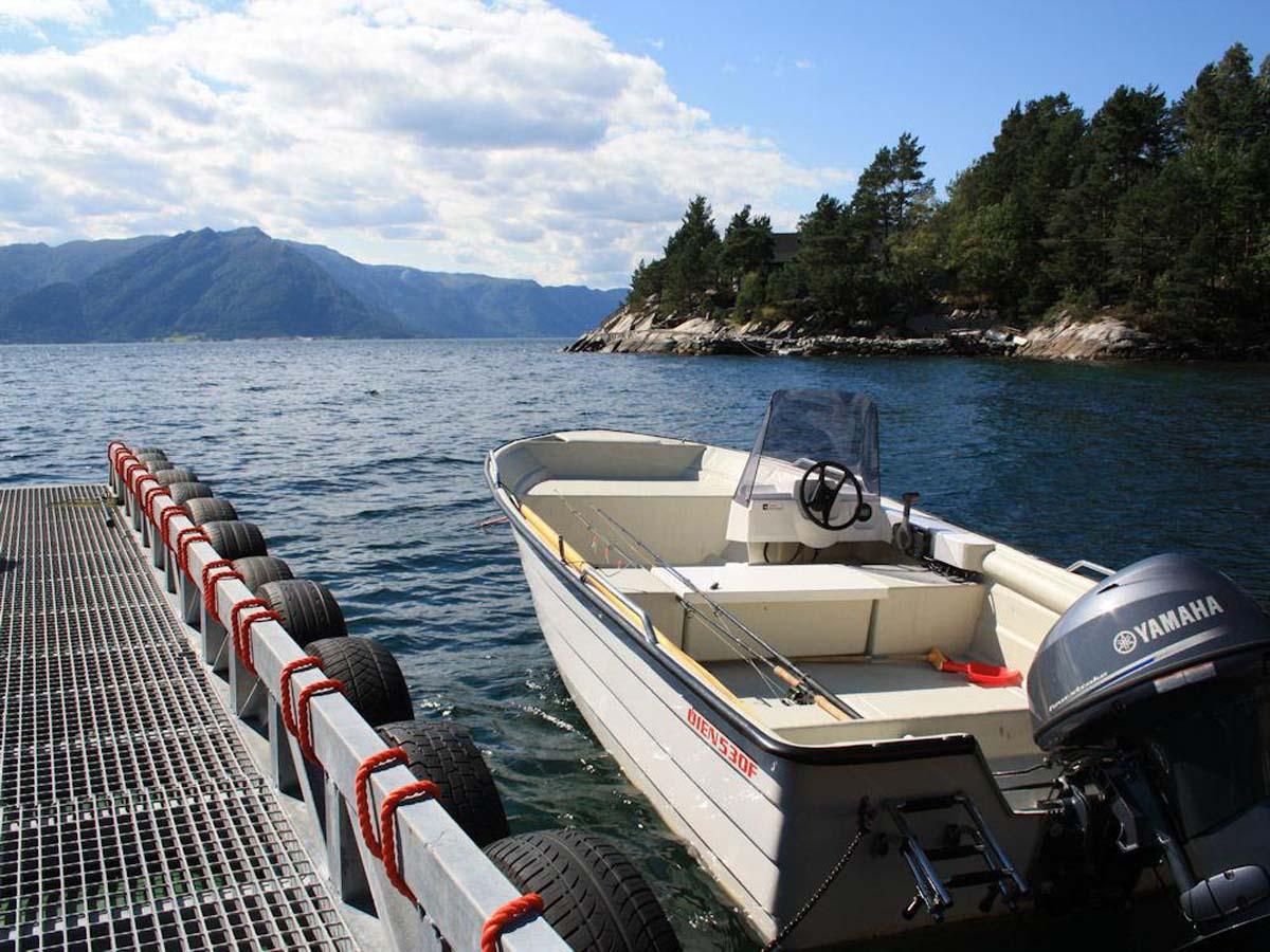 Mit dem selbstlenzendes 18 fuß langem Motorboot geht es raus auf die fischreichen Spots. Foto: Borks