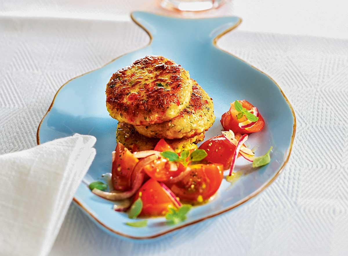 Die Beilage zu den leckeren Fischfrikadellen können auch je nach Geschmack angepasst werden. Egal ob z.B. Tomaten- oder Weißkrautsalat - hier schmeckt einfach alles. Foto: BLINKER/Teubner