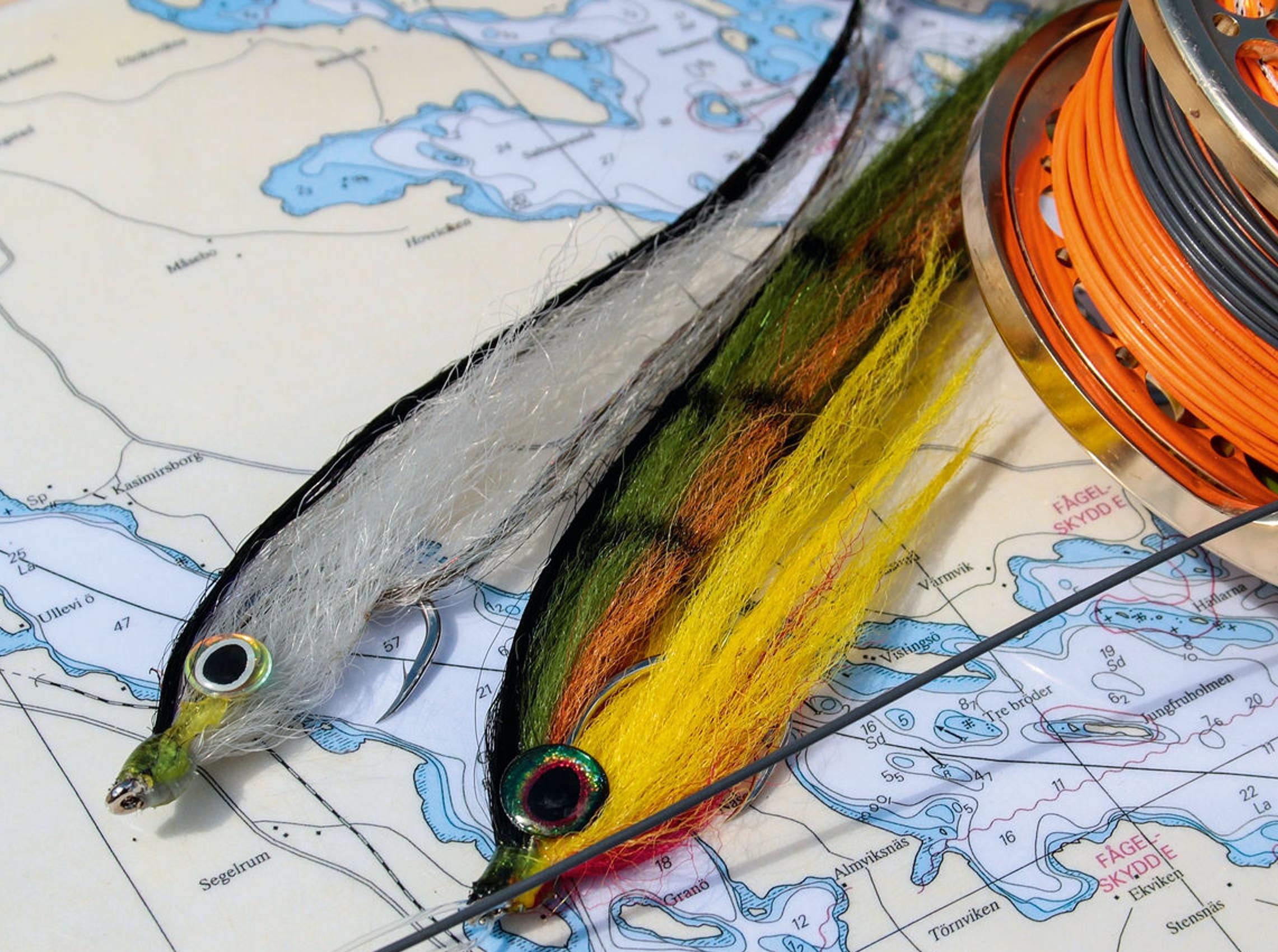 """Wenn es um den Hecht-Fang mit Streamer und Fliegenrute geht, dann machen Sie mit den Basisfarben """"Weißfisch"""" und """"Barsch"""" nichts falsch und vieles richtig. Kaufen oder binden Sie die Streamer aus Kunstfaser, dieses Material nimmt kein Wasser auf und die Streamer sind einfacher zu werfen."""