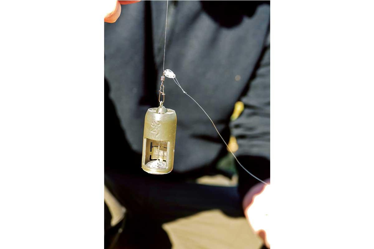 Bei der Durchlaufmontage kann sich der Futterkorb frei auf der Hauptschnur bewegen. So spürt der Fisch beim Biss keinen Widerstand und hat so mehr Zeit den Köder aufzunehmen. Foto: N. Bremer