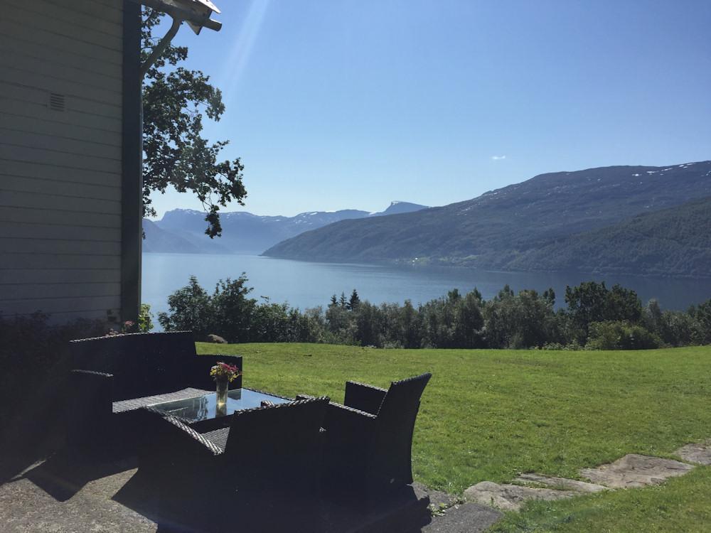 Direkt von der Terrasse des können Sie während des Angelurlaubs am Nordfjord den atemberaubenden Fjord sehen.