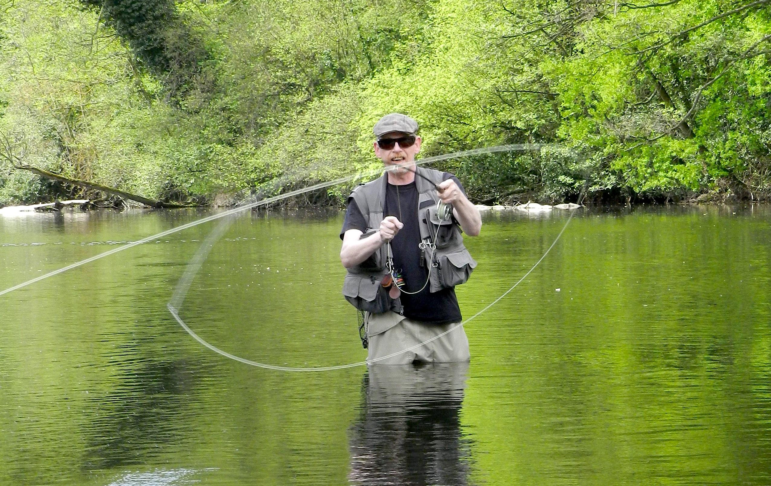"""FliegenFischen-Autor Detlef Henkes beim """"Wurf-Spiel"""" – auch so kann man das Fliegenfischen selber lernen. Ab einem gewissen Niveau und mit dem entsprechenden Bewegungstalent ist man durchaus in der Lage, sich selbst Trickwürfe anzueignen."""