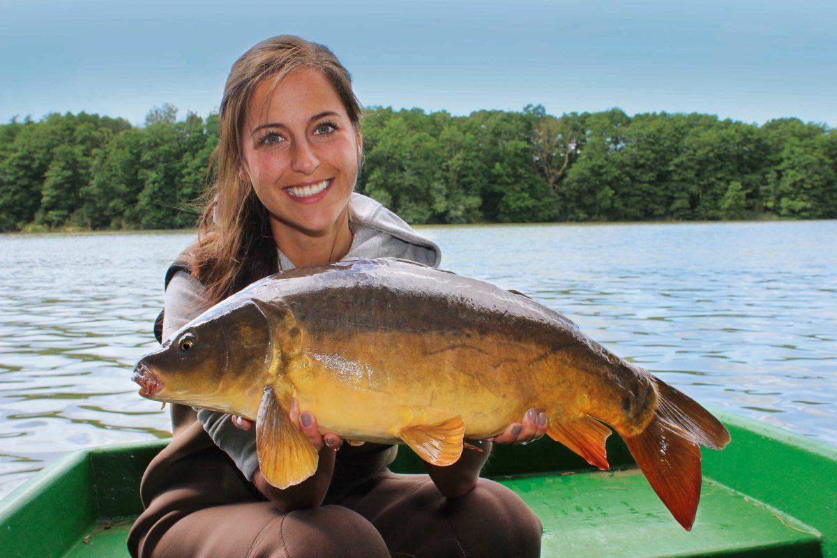 Claudia Darge erklärt, worauf es beim Karpfenangeln vom Boot ankommt.