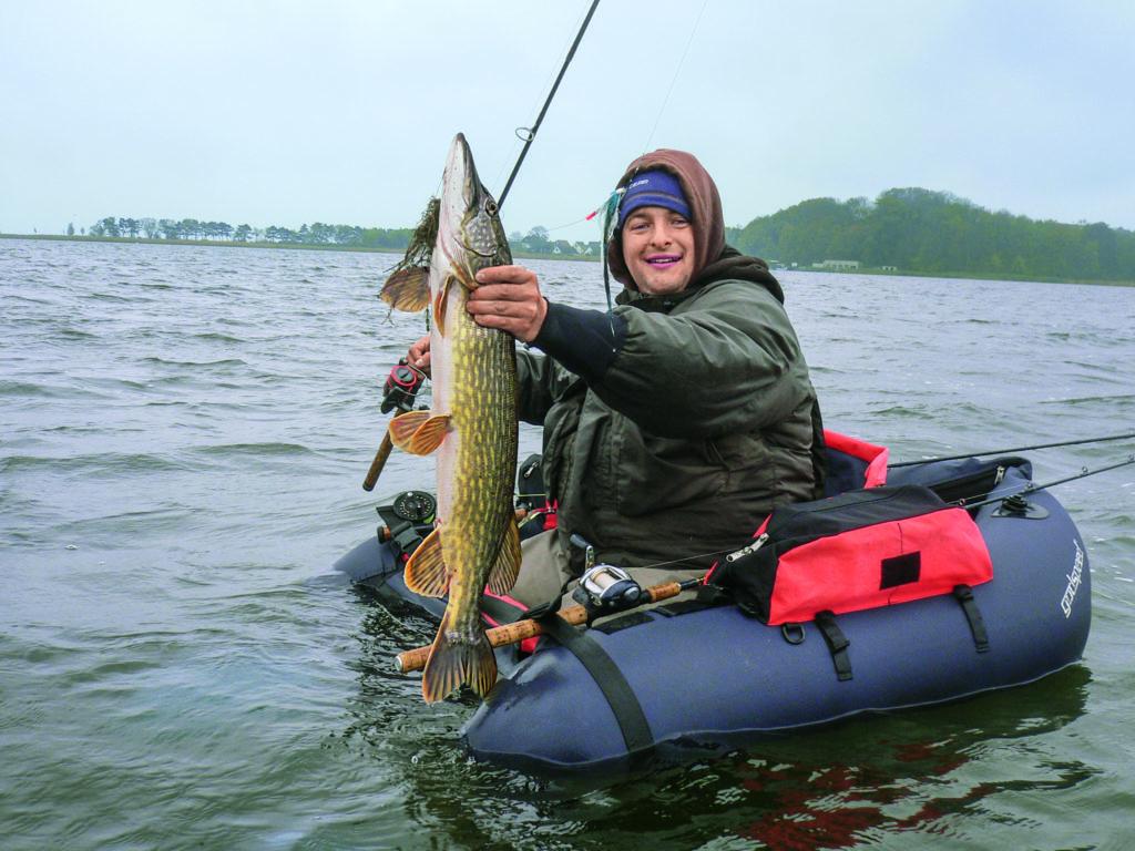 Wer direkt vom Wasser fischt, kann den relativ leichten Köder immer mit dem Wind – und somit wesentlich weiter – werfen.