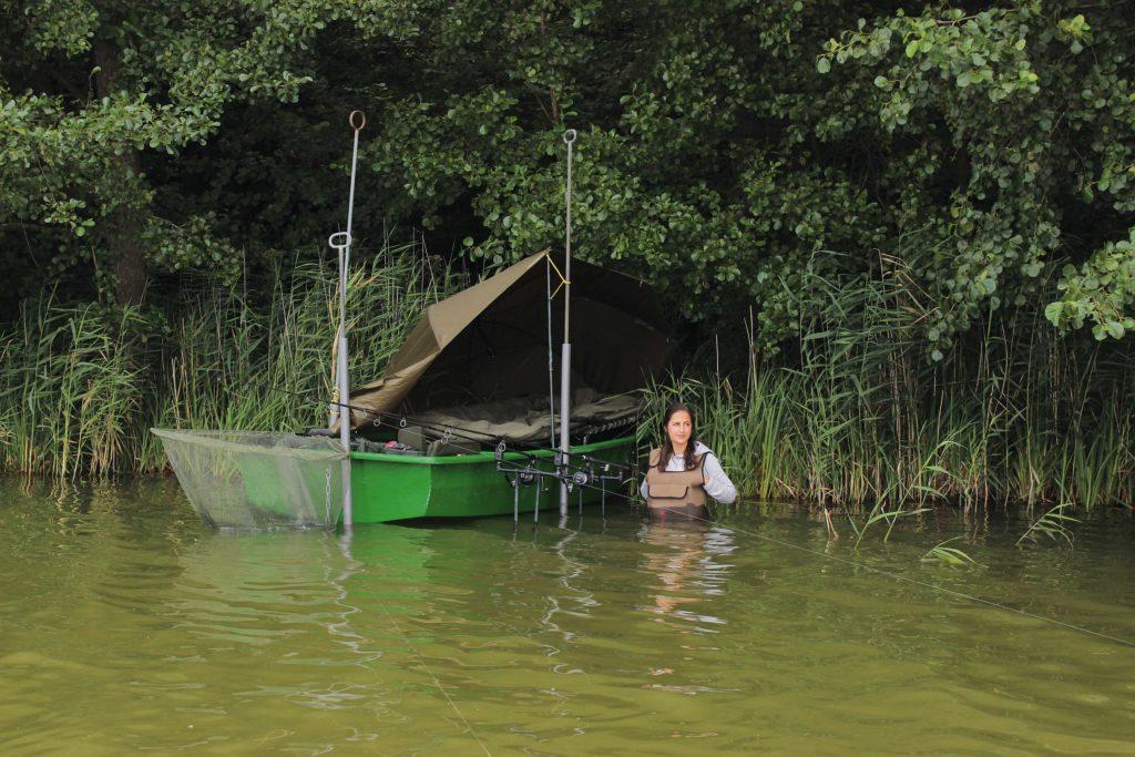 An schwer zugänglichen Ufern ist das Karpfenangeln vom Boot eine gute Möglichkeit, den Fischen nachzustellen.