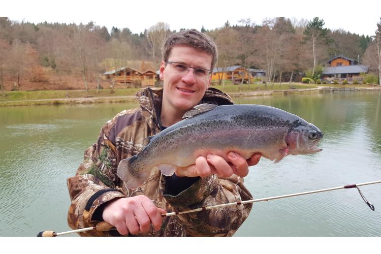 Gregor Bradler mit einer schönen Lachsforelle. Foto: ANGELSEE-aktuell