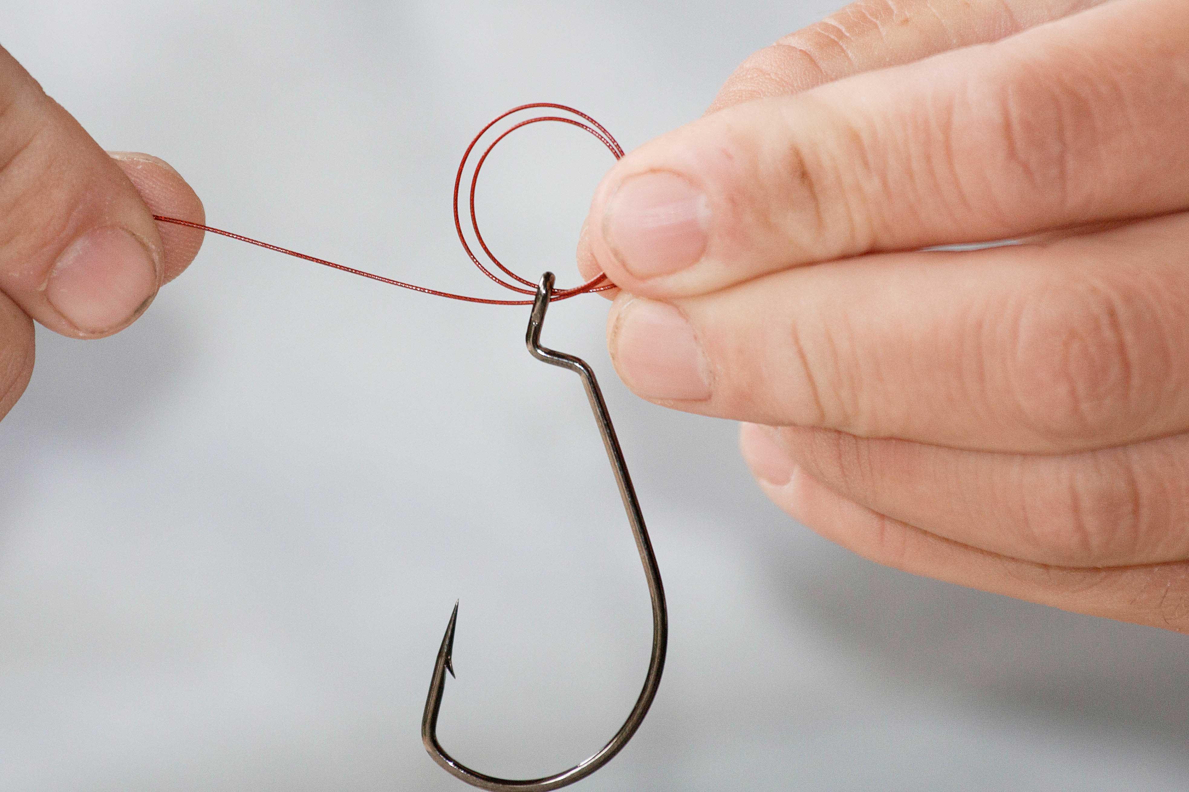 Der Fat- Mono-Knoten eignet sich bestens zum Anknoten des Hakens. Zuerst zwei Schlaufen durch das Öhr führen...