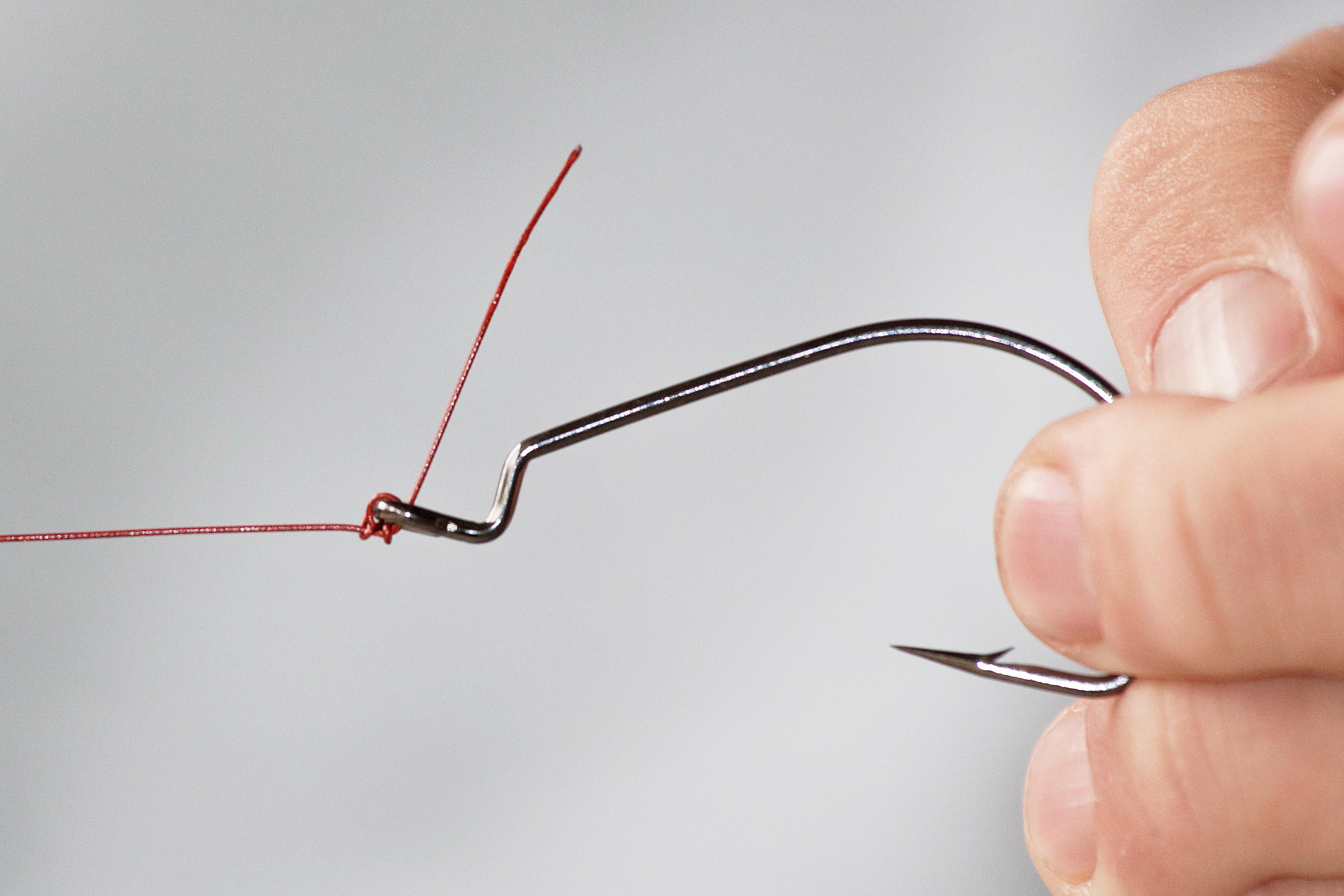 Man zieht die Schlaufen fest und erhält so einen sowohl einfachen, als auch starken Knoten.