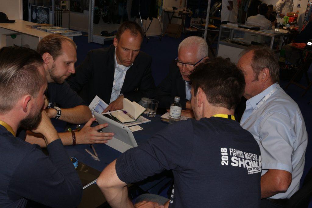 """Was ist """"AngelnPlus"""". Lucas v. Bothmer, Steffen Staude-Panzer und Nikolai Schliepack erklären der Firma Waku das neue Filmeportal für Angler. Foto: A. Pawlitzki"""