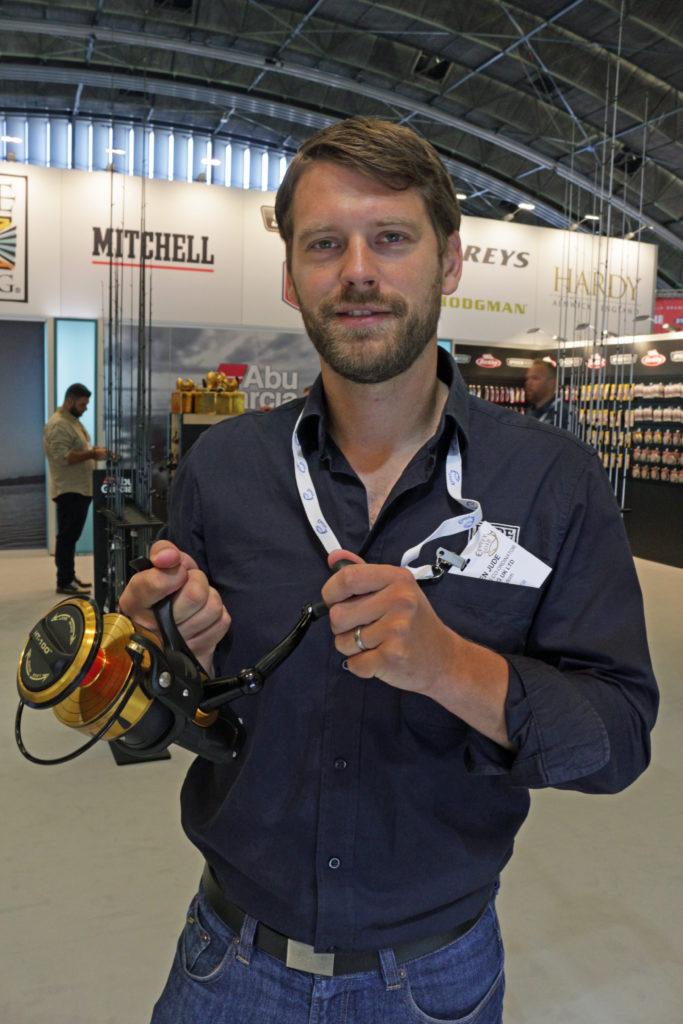 Marketing Manager Steffen Jude präsentiert die Spinfisher 10500 von Penn, die zum schweren Welsangeln ausgelegt ist. Foto: A.Pawlitzki
