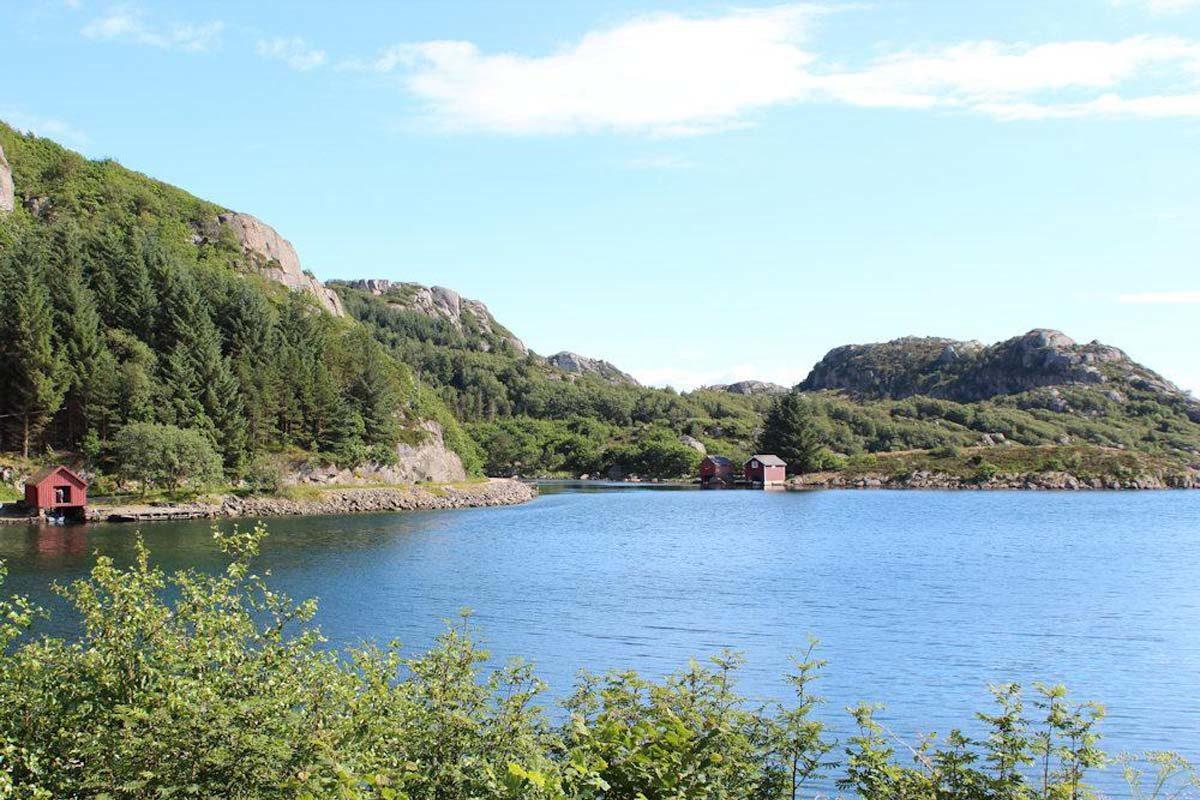 Beim Angelurlaub in Hausvik in Norwegen könnt Ihr einen fantastischen Panoramaausblick auf die umliegenden Inseln und Schären genießen. Foto: Borks