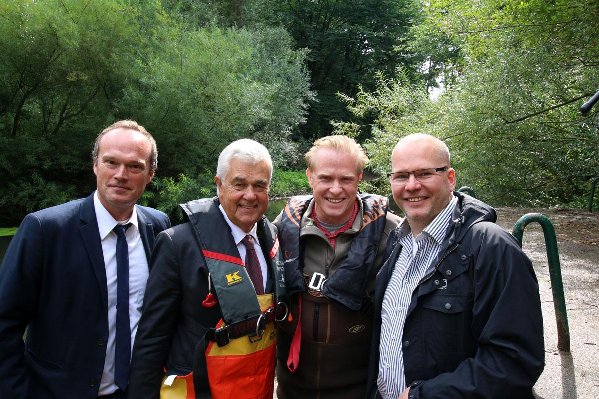 Von links nach rechts: Martin Liebetanz-Vahldiek, Senator Frank Horch, Gewässerwart Frank Schlichting und BLINKER Chefredakteur Lars Berding. Foto: BLINKER/J. Radtke