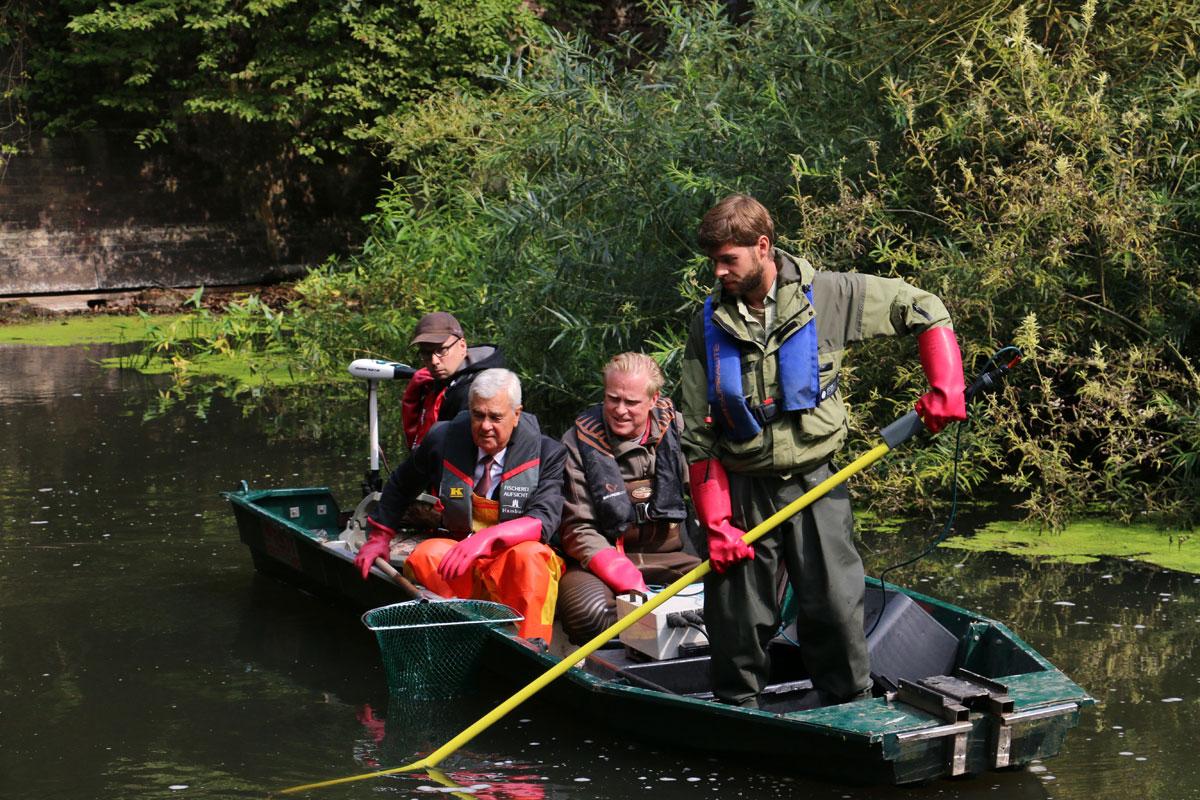 Senator Frank Horch lässt es sich nicht nehmen, bei der Kontrollbefischung auf dem Boot dabei zu sein. Foto: BLINKER/J. Radtke