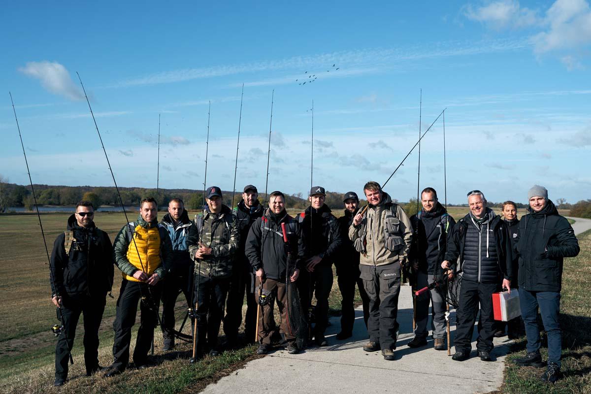 Die Tester sowie das Team rund um Jörg Strehlow und Vertreter von Casio vor Beginn des Angeltages in den Elbtalauen. Foto: Julian Jankowski