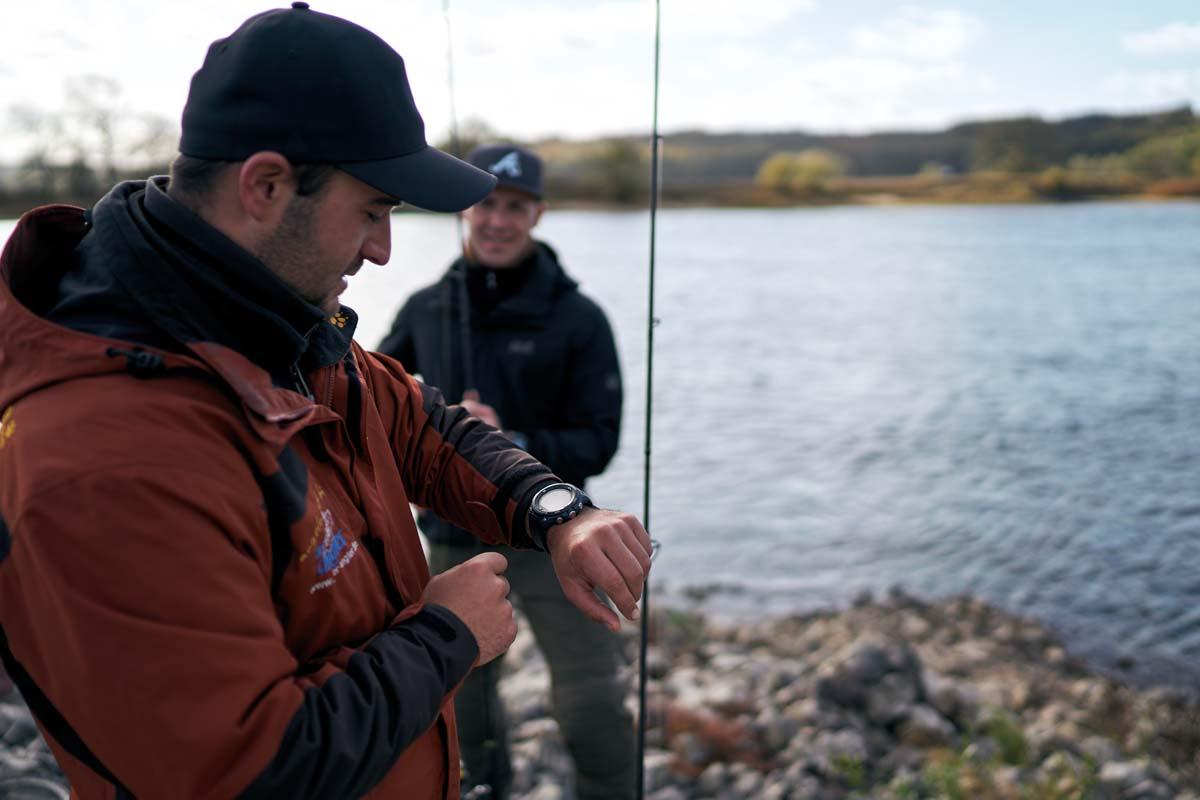 Guide Marcel Wiebeck wirft vor dem Beginn des Angeltages nochmal einen Blick auf die Casio Smartwatch. Foto: Julian Jankowski