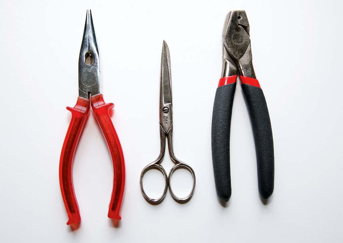 Das Werkzeug: Rundzange, Schere, Klemmhülsenzange.