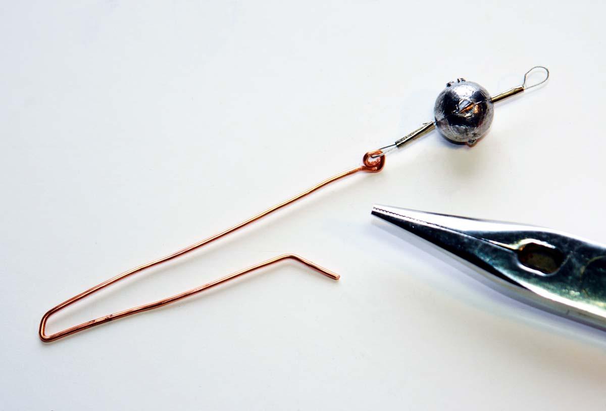 Die letzten 1 bis 1,5 Zentimeter des Drahtes in einem Winkel von ca. 45 Grad biegen. Foto: BLINKER/M. Wendt