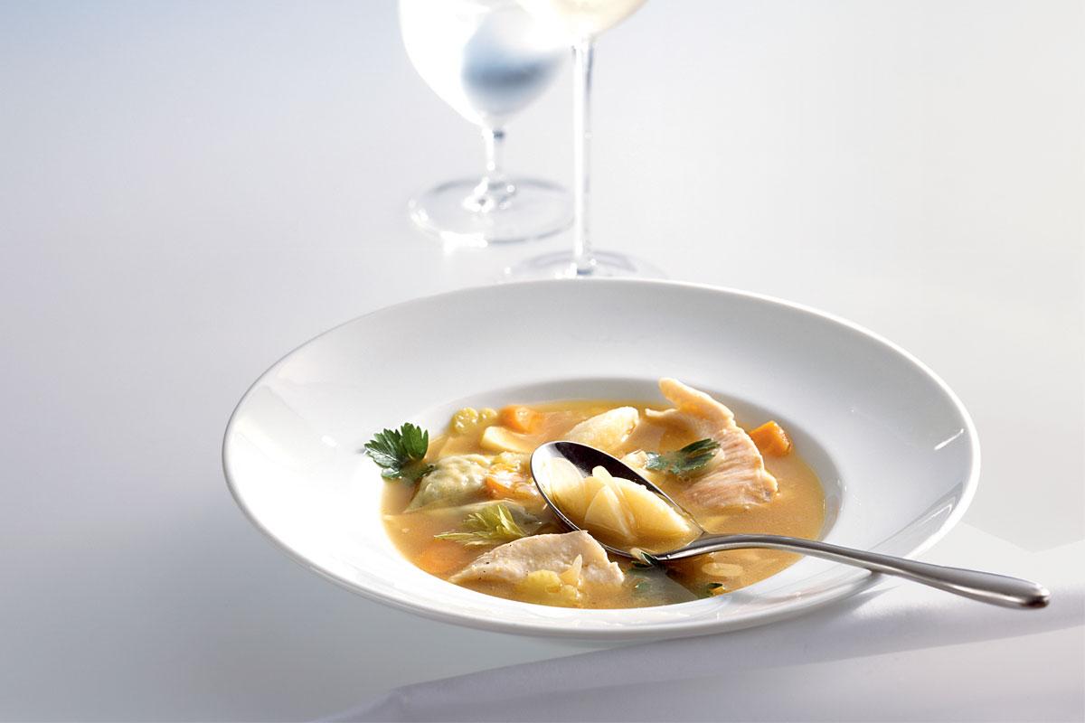 """Das Fischrezept """"Forellensuppe mit Maultaschen"""" ist zwar aufwenig aber dafür richtig lecker - versprochen! Foto: Teubner"""