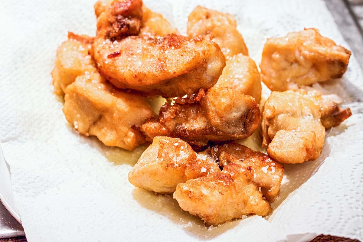 Während alles vor sich hin brutzelt, kann der Reis gekocht werden. Sobald die Fischstücke goldbraun sind, kommen sie aus dem Fett raus. Danach auf Küchenpapier legen, um das überschüssige Fett aufzusaugen. Foto: A. Jagiello