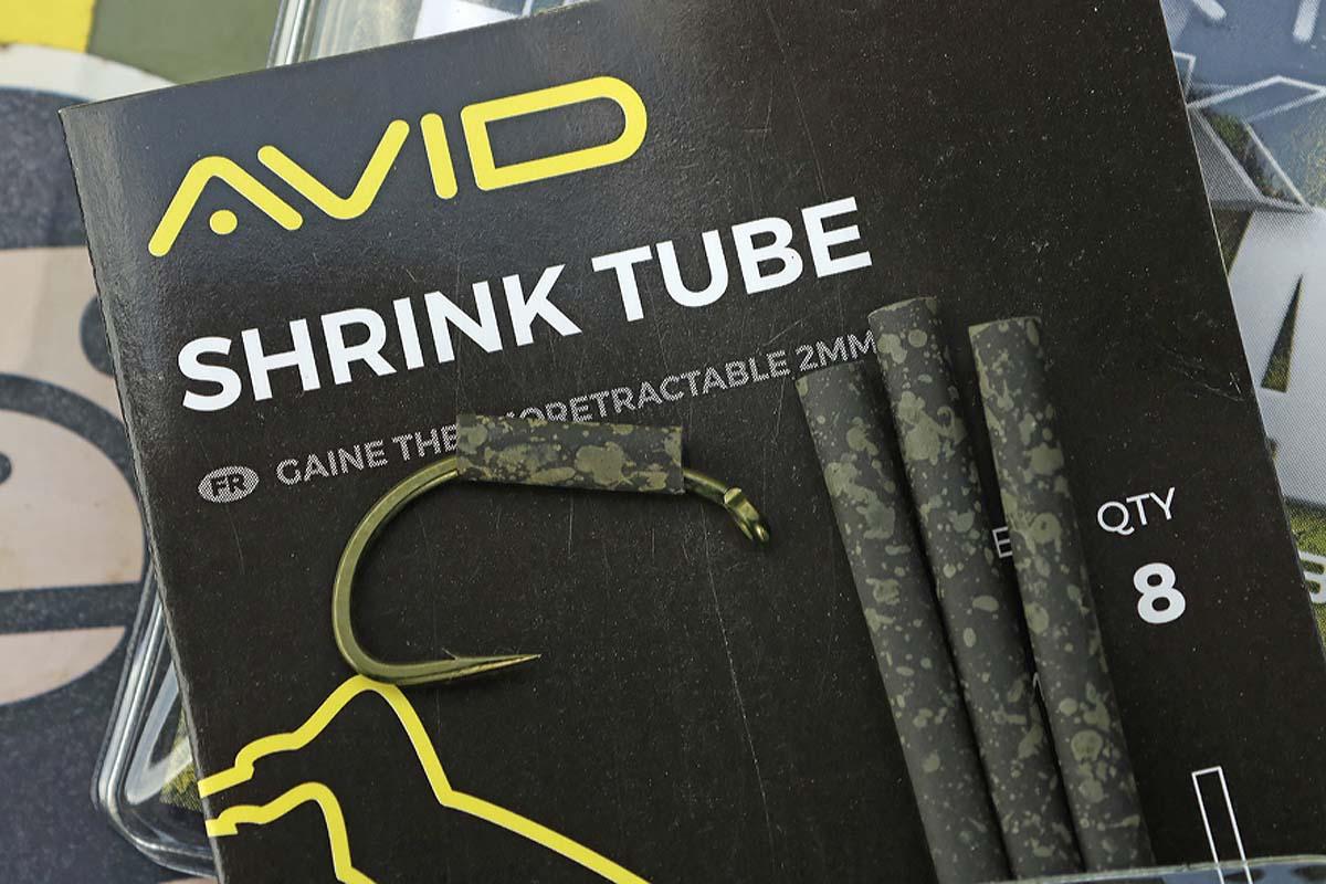 Ein 1 Zentimeter langes Stück Schrumpfschlauch wird abgeschnitten und über den CRV-Haken in der Größe 4 geschoben. Foto: Mat Woods