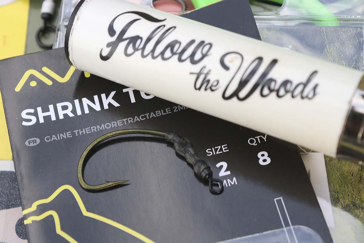Der Schrumpfschlauch wird über das Hakenöhr und den Wirbel geschoben und mit einem Feuerzeug in eine leicht gebogene Form gebracht. Foto: Mat Woods